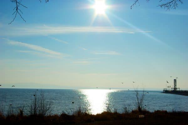 Reflexion der Sonne auf dem Wasser